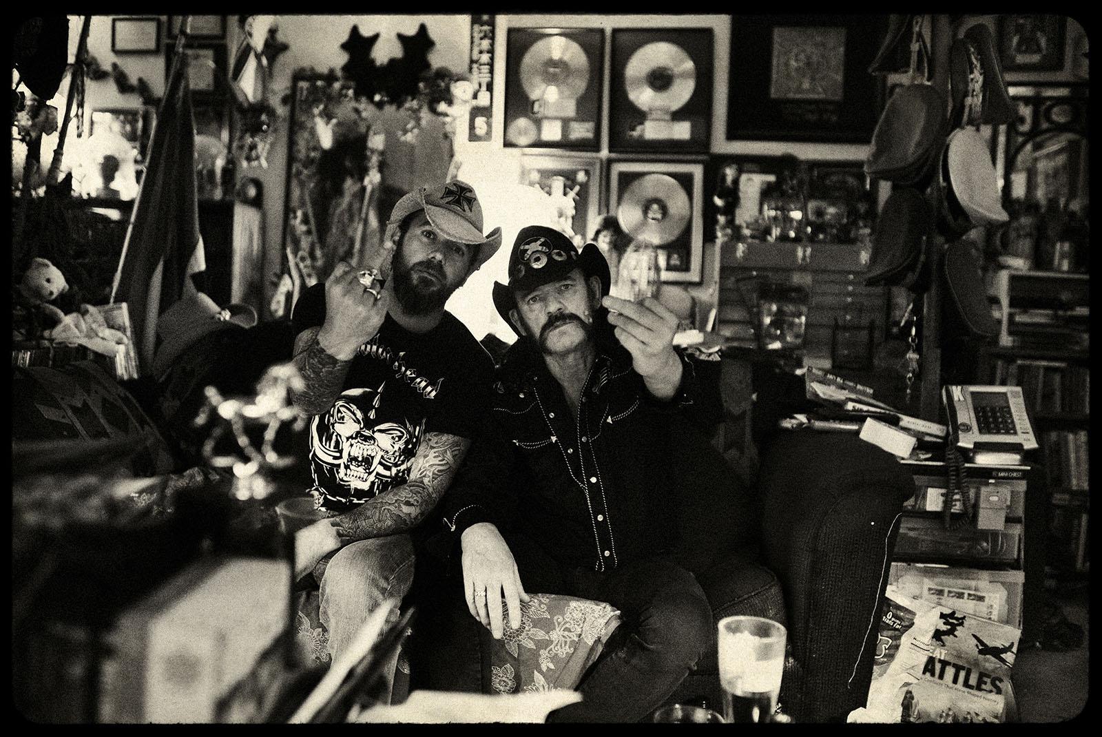 Motörhead Los Angeles, Califórnia.  Março de 2010. Pep Bonet e Lemmy Kilmister em sua casa em Los Angeles assistindo documentários da Segunda Guerra Mundial em seu sofá.  O Motörhead, originalmente chamado Bastard, é uma banda de heavy metal de vida longa e icônica da Inglaterra formada em 1975. Eles são amplamente reconhecidos como progenitores do thrash metal, uma fusão de heavy metal e o que logo se tornaria punk hardcore.  Conseqüentemente, eles influenciaram inúmeras bandas de rock, punk rock e heavy metal que se seguiram.  Os membros da banda são: Lemmy Kilmister - baixo e voz, Phil Campbell - guitarra e vocal de apoio e Mikkey Dee na bateria.